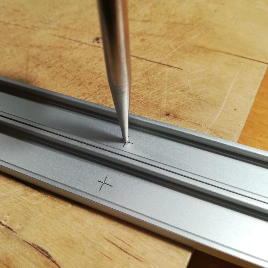 Einbringen der Bohrungen in die Alu-Profile für die LED-Streifen