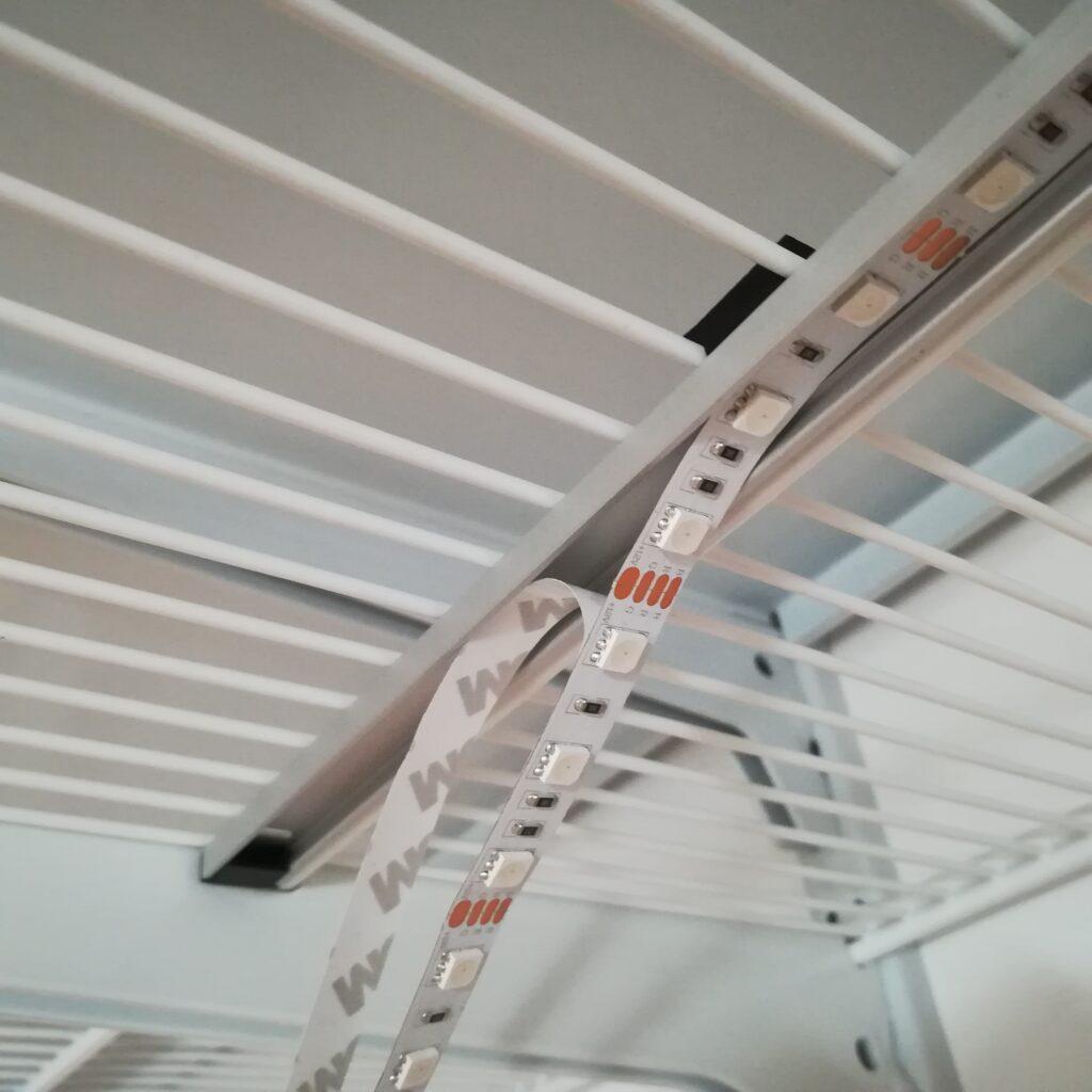 Einkleben der LED-Streifen in das Alu-Profil