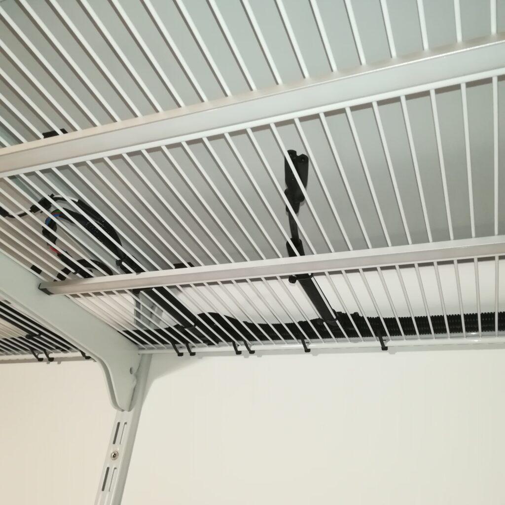 Kabelbaum für die LED-Spots auf dem Gitterboden verlegt